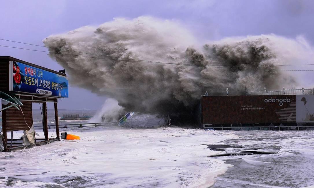 Centenas de pessoas foram forçadas a deixar áreas de risco e dezenas de voos para cidades costeiras foram cancelados YEOSU CITY / AFP