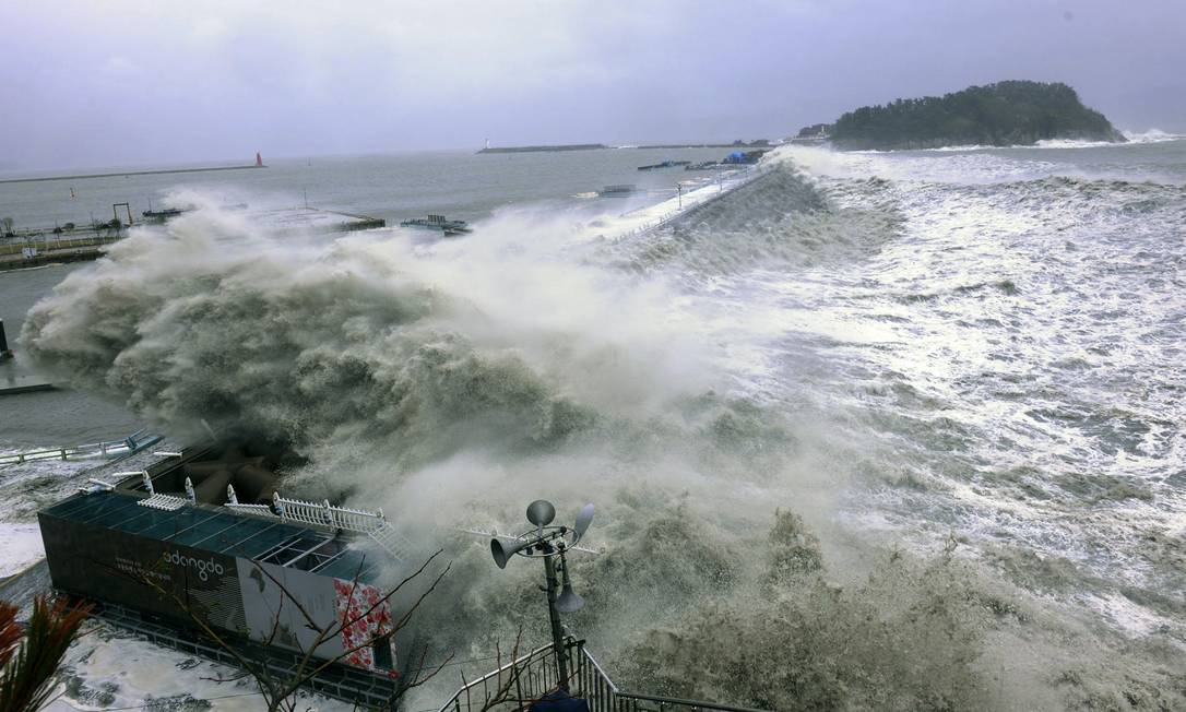 A ondas invadiram o porto da cidade de Yeosu, um dos mais movimentados do país KOREA OUT / AP