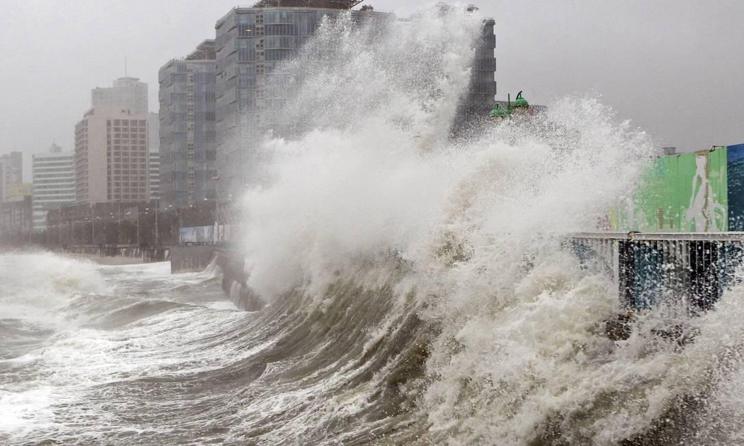 Na cidade de Busan, no sul do país, as ondas passaram as barreiras de contenção e atingiram conteires do porto local