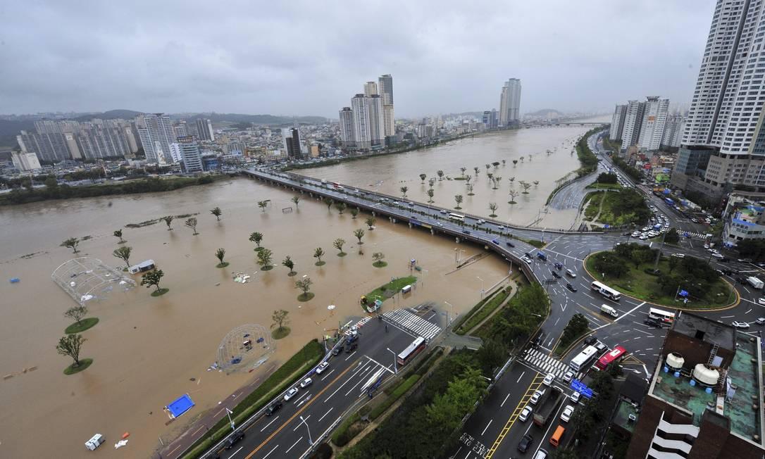Na cidade de Ulsan, a 410 quilômetros de Seoul, um dos rios transbordou e tomou ruas e áreas de lazer YONHAP / REUTERS