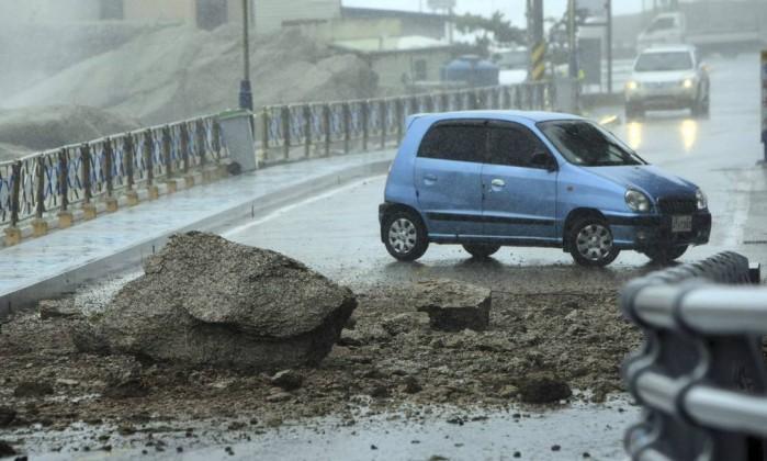 Um carro tem que desviar de um deslizamento de pedras na cidade de Sokcho, a 290 quilômetros de Seoul YONHAP / REUTERS