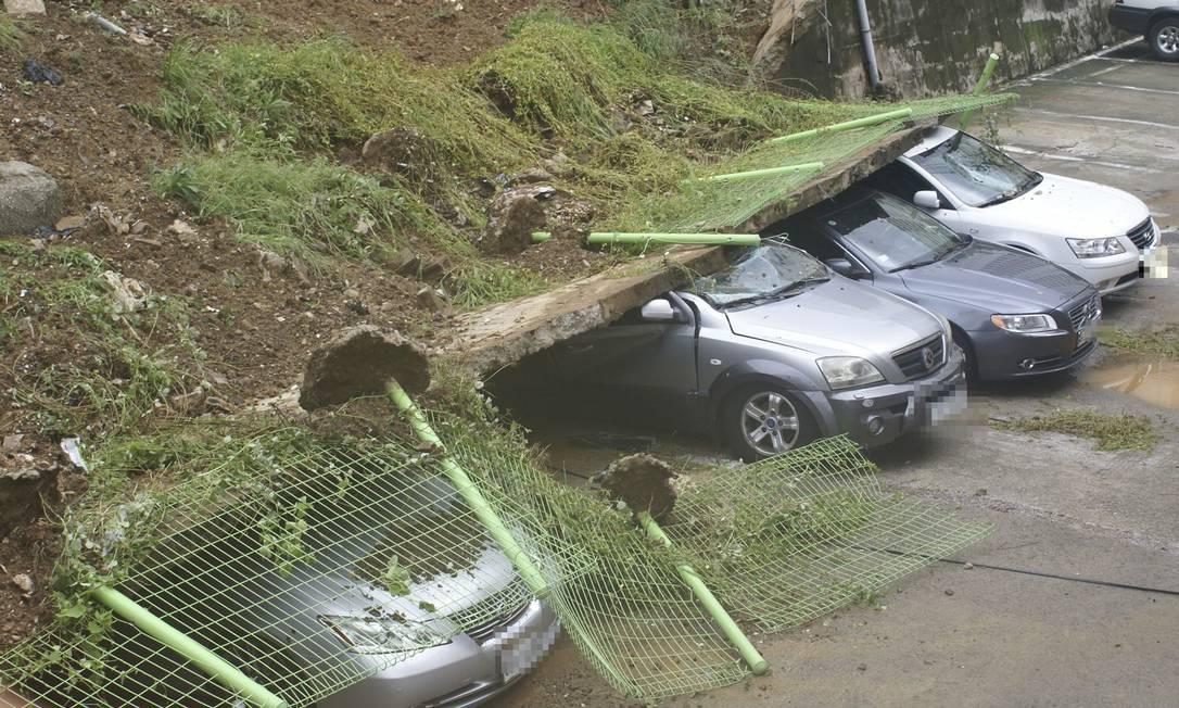 Outro deslizamento, em Yeosu, fez um muro cair sobre carros estacionados NEWSIS / REUTERS