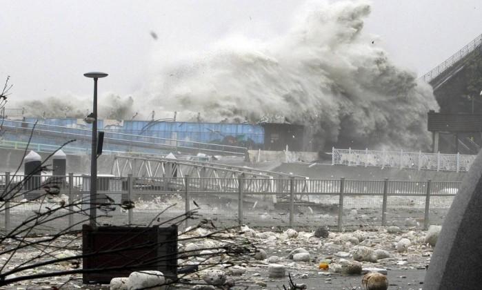 Ainda em Yeosu, as ondas gigantes causaram destruição no porto local Yonhap, Hyung Min-soo / AP