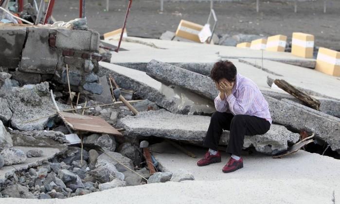 Bae Yang-soon, moradora de 70 anos de Yeosu, chora ao ver a destruição de uma rodovia local Hyung Min-woo / A