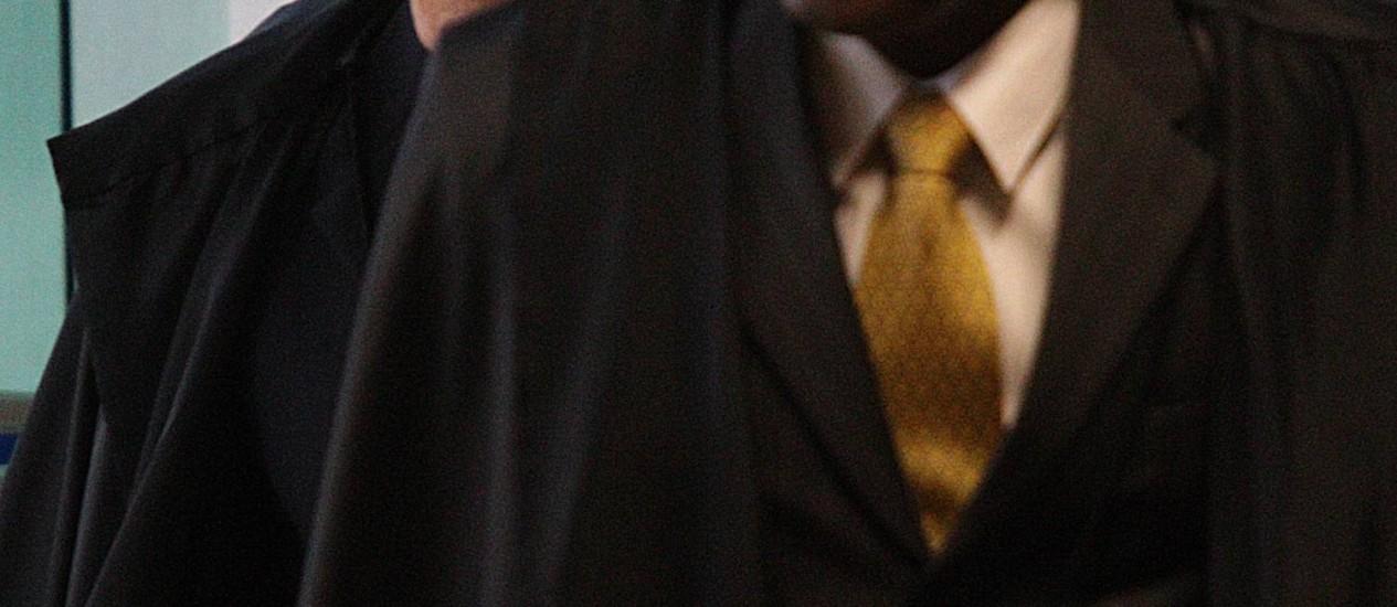Os ministros Joaquim Barbosa e Ricardo Lewandowski, relator e revisor do processo do mensalão, chegam para a sessão desta segunda-feira no plenário do STF Foto: André Coelho / O Globo