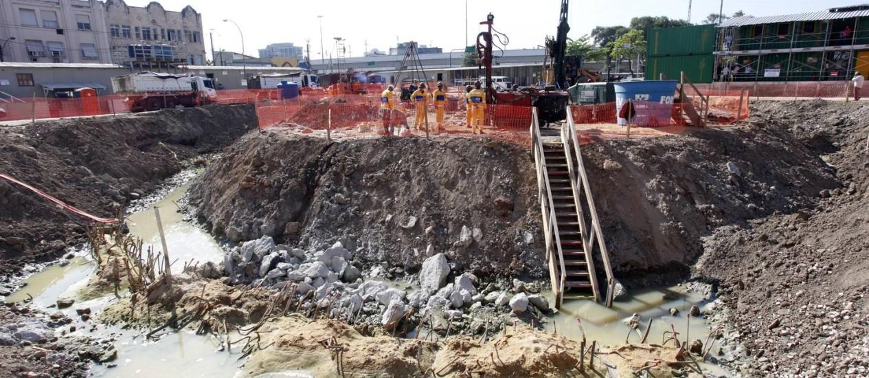 Operários trabalham no reservatório na Praça da Bandeira, um projeto contra as cheias na região que começa a funcionar em dezembro Foto: Fábio Rossi / O Globo