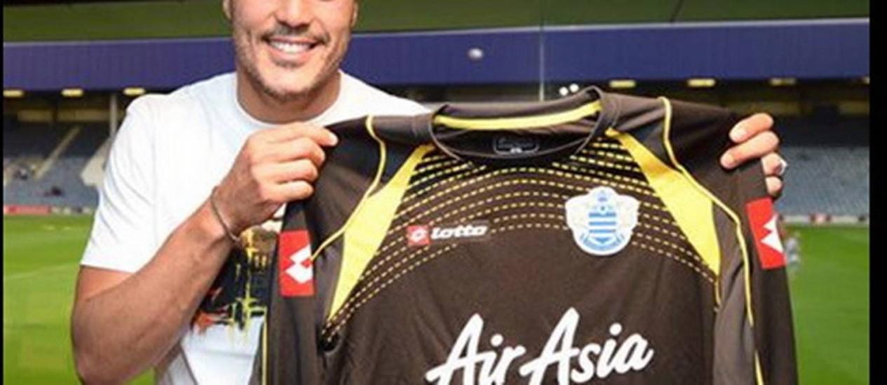 O goleiro Júlio César e a camisa de seu novo clube, o Queens Park Rangers Foto: Divulgação