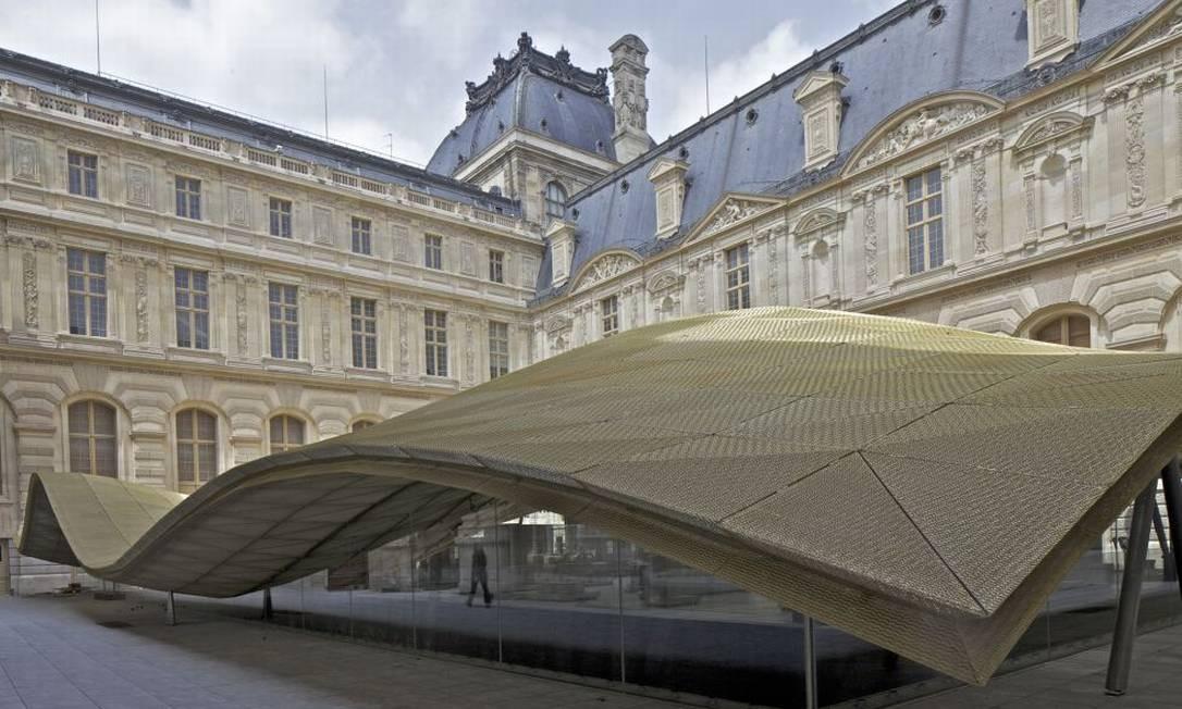 A cobertura de cristal na praça Visconti, que abriga o departamento de artes islâmicas do Louvre Foto: Hughes Dubois / Divulgação