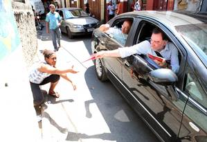 Patrus distribui panfletos em ato de campanha: eventuais erros de petistas não comprometem partido Foto: André Corrêa/Divulgação – 16/9/12