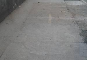Com obra inacabada, ciclistas precisam recorrer ao asfalto para transitar pela Rua Coronel Tamarindo Foto: Foto do leitor Ulisses Machado / Eu-Repórter
