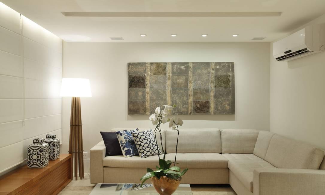 A combinação de tons neutros no revestimento, com o piso de porcelanato e o mobiliário de peroba-do-campo, dá o tom sofisticado e elegante ao ambiente de estar Denílson Machado/MCA Estúdio
