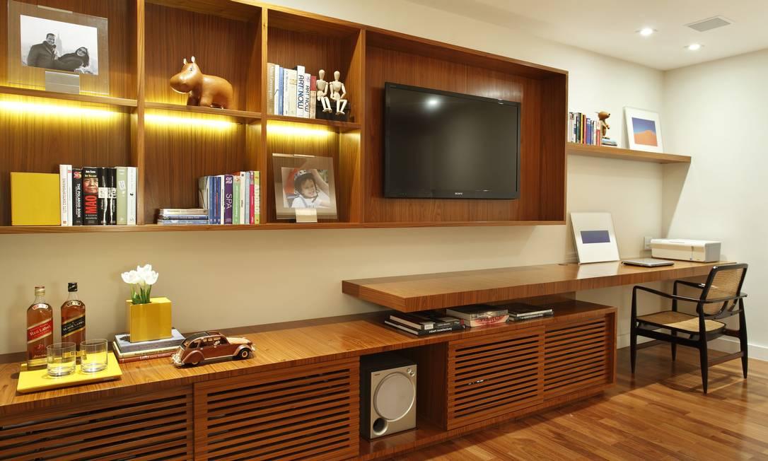 Na sala de TV, a madeira é a vedete. No canto direito, um espaço reservado na bancada para trabalho Denílson Machado/MCA Estúdio