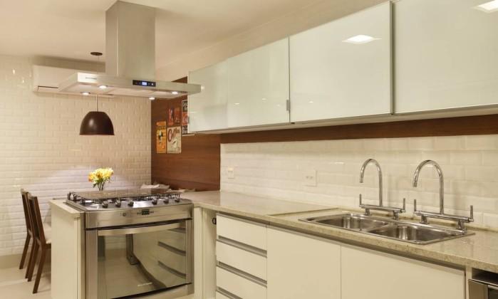 Após a copa, vem a cozinha, com desenho e mobiliário que dão maior praticidade ao ambiente Denílson Machado/MCA Estúdio