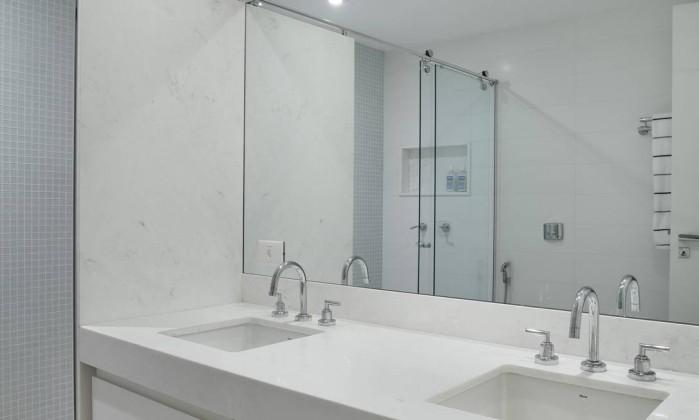 Banheiro diz tudo num tom: vem com um mobiliário clean e todo branco Denílson Machado/MCA Estúdio