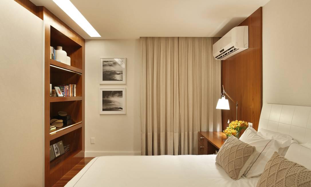 O quarto do casal combina tons neutros e mobiliário amadeirado num projeto que teve como principal objetivo aproveitar ao máximo os espaços disponíveis Denílson Machado/MCA Estúdio