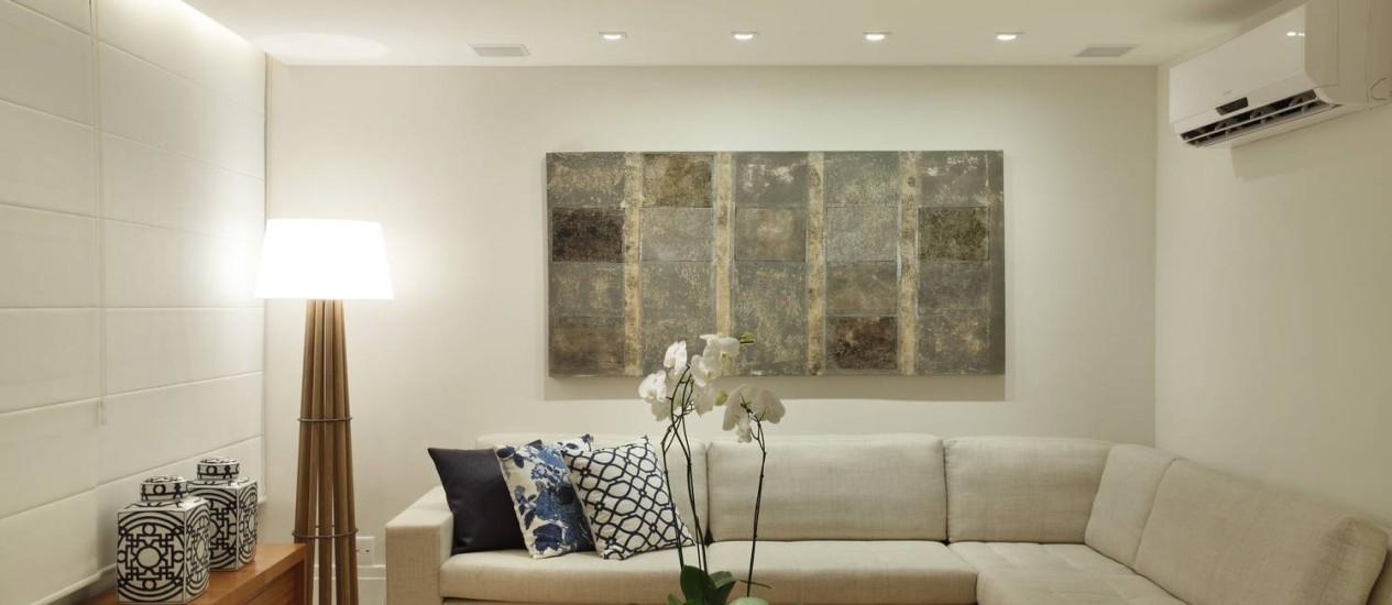 Sala de estar mescla elegância e conforto, devido à combinação da madeiras com cores neutras Foto: Denílson Machado/MCA Estúdio