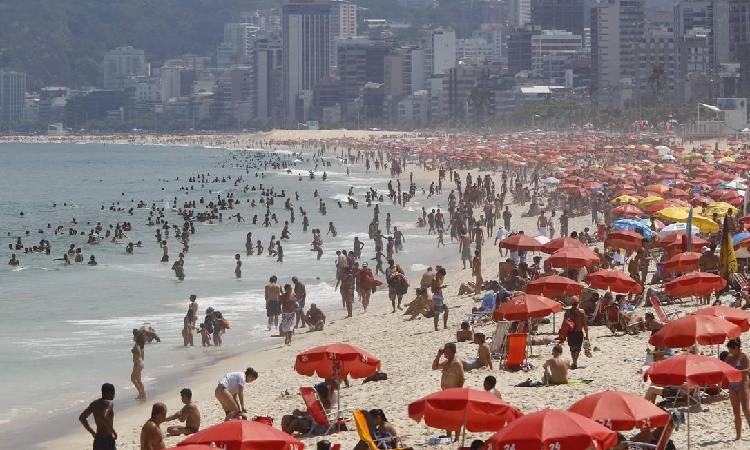 Cariocas aproveitam o dia quente para curtir a praia em Ipanema Foto: Pablo Jacob / O Globo
