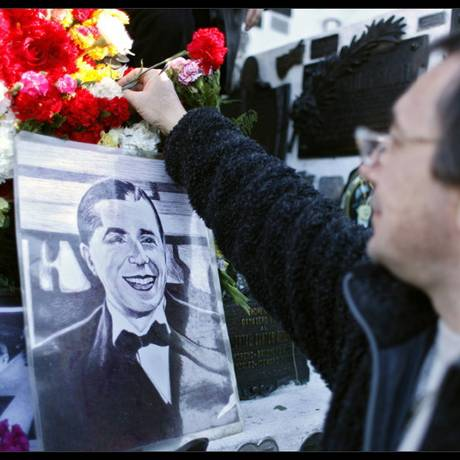 Fã deposita flores no túmulo de Gardel, em La Chacarita Foto: La Nación/Arquivo