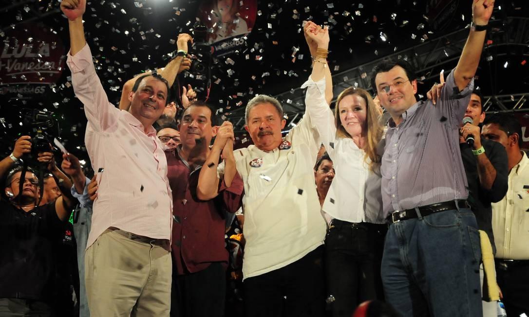 O ex-presidente Lula ao lado da candidata à Prefeitura de Manaus, Vanessa Grazziotin (PCdoB), e do ex-governador Eduardo Braga Foto: Divulgação