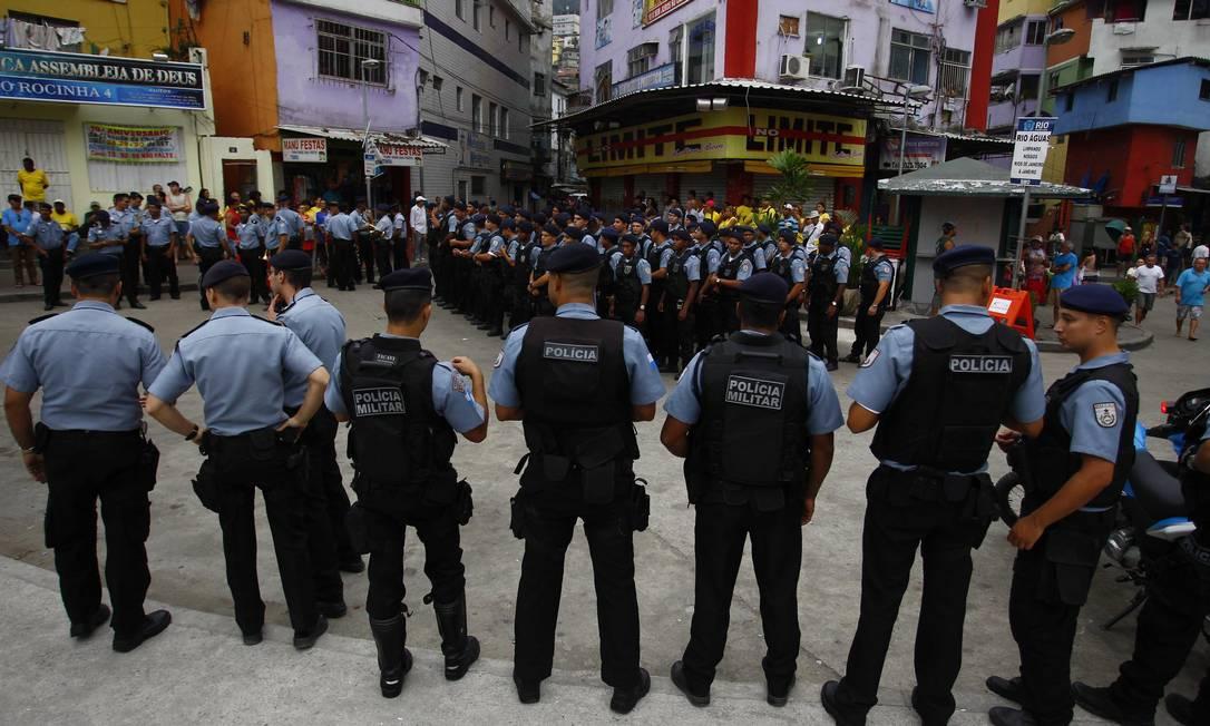 Policiais militares que vão integrar a UPP no acesso à Rocinha Foto: Pablo Jacob / O Globo