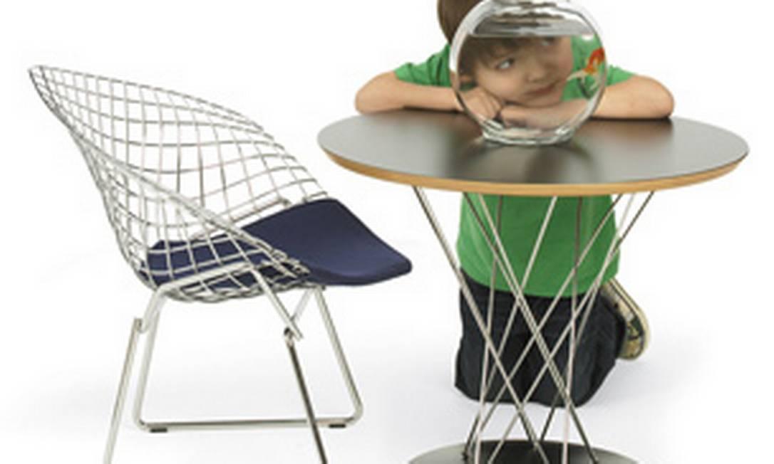 Foi em 1950 que o italiano radicado nos Estados Unidos Harry Bertoia apresentou à Knoll International a proposta de uma cadeira feita com uma tela metálica. Pouco tempo depois, estava criada toda a linha de poltronas-cesto Bertoia. A peça faz parte da linha Knoll Kids Reprodução internet