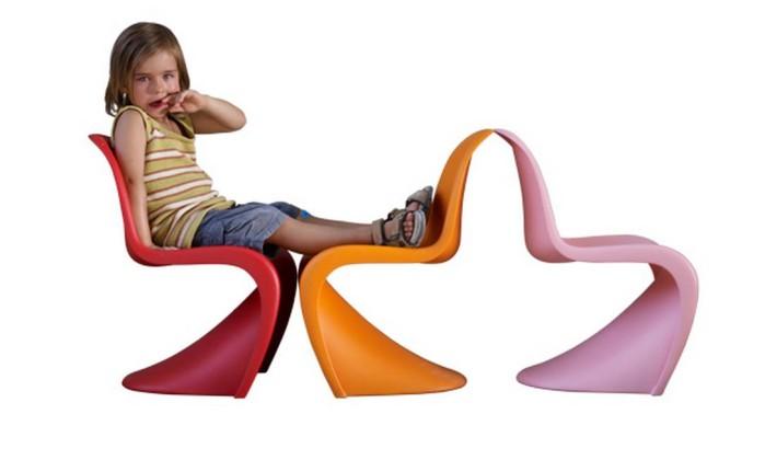 A cadeira, que até hoje faz sucesso na decoração de áreas internas e externas, foi criada por Verner Panton, em 1968. O designer foi um mestre da plástica que introduziu, na década de 60, a estética pop ao mobiliário. Está na Obravip.com Reprodução internet