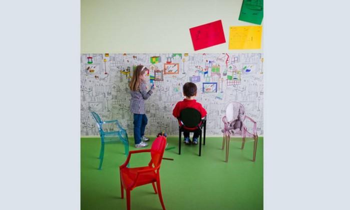 Criada em 2002, a Louis Ghost, de Philippe Starck, é uma versão irreverente de uma cadeira barroca Luis XV, em policarbonato injetado Reprodução internet