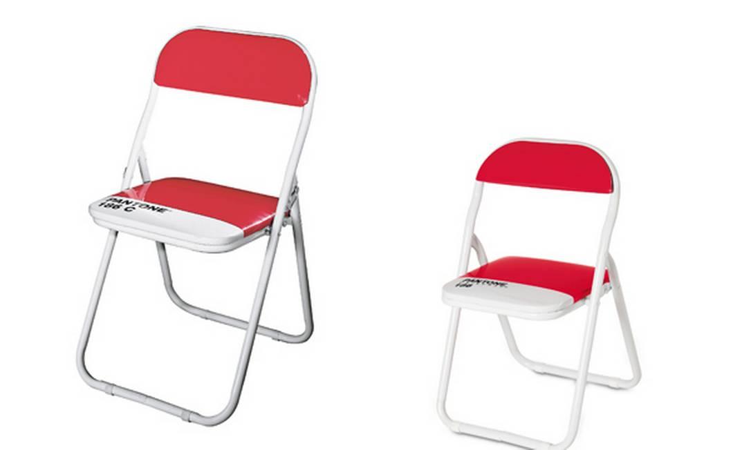 As cadeiras dobráveis criadas por Selab trazem os códigos do catálogo Pantone e a inconfundível estrutura metálica em branco Reprodução internet