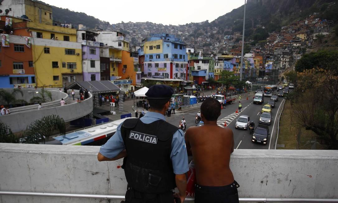 Policial e morador observam o trânsito na Autoestrada Lagoa-Barra Foto: Pablo Jacob / O Globo