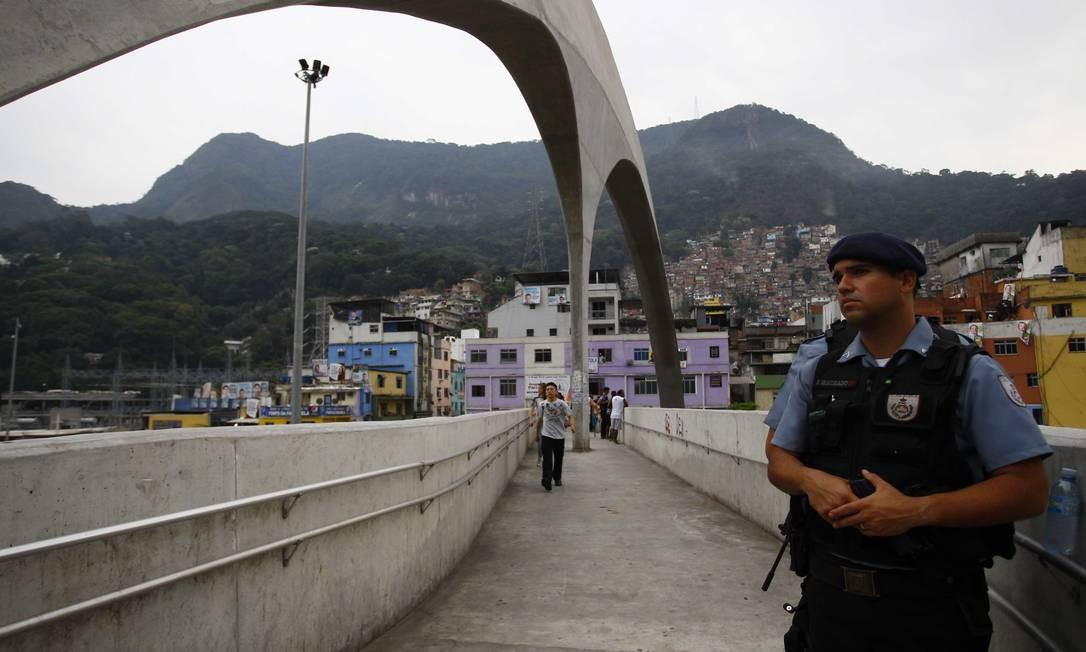 Policial em cima da passarela de acesso à Rocinha Foto: Pablo Jacob / O Globo