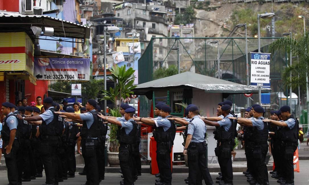 Policiais ficam em forma antes da cerimônia Foto: Pablo Jacob / O Globo