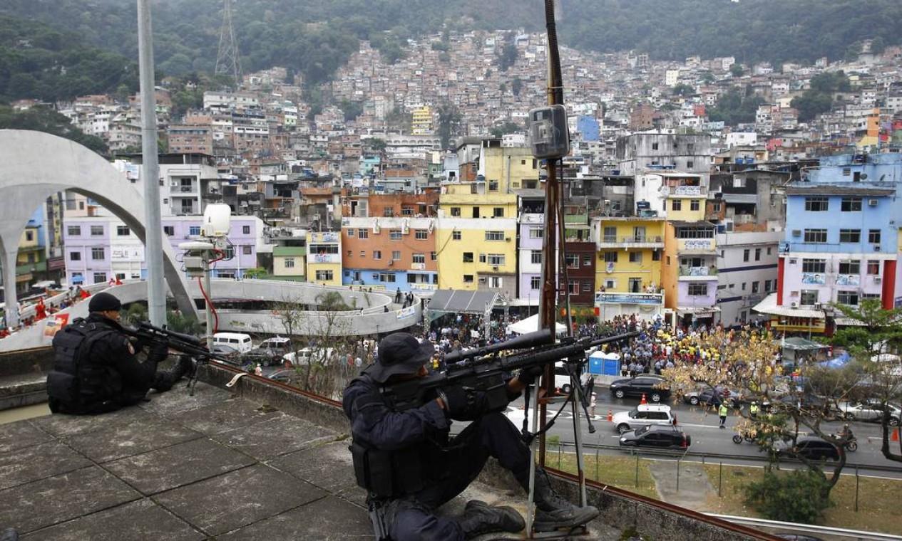 A favela está ocupada pelas forças policiais desde novembro do ano passado, e desde março vinha sendo patrulhada por um efetivo de 408 homens do Batalhão de Operações Policiais Especiais (Bope), Batalhão de Choque (BpChoque) e Batalhão de Ações com Cães (BAC) Foto: Pablo Jacob / O Globo