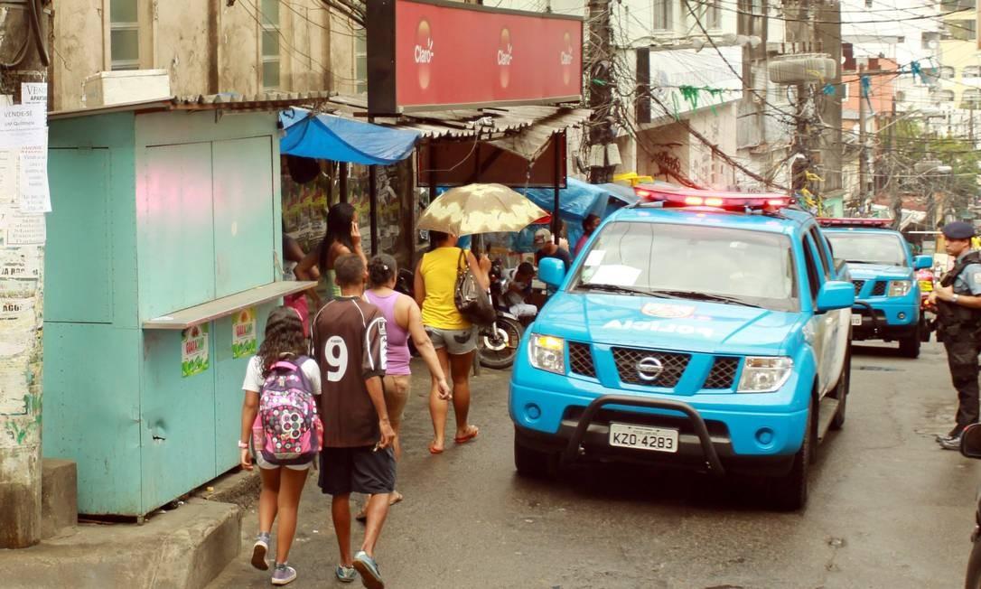 Desde o início da manhã, o policiamento está reforçado em toda a comunidade, que tem mais de 69 mil moradores. O clima é de expectativa e de esperança de que a vida da população melhore Foto: Pablo Jacob / O Globo