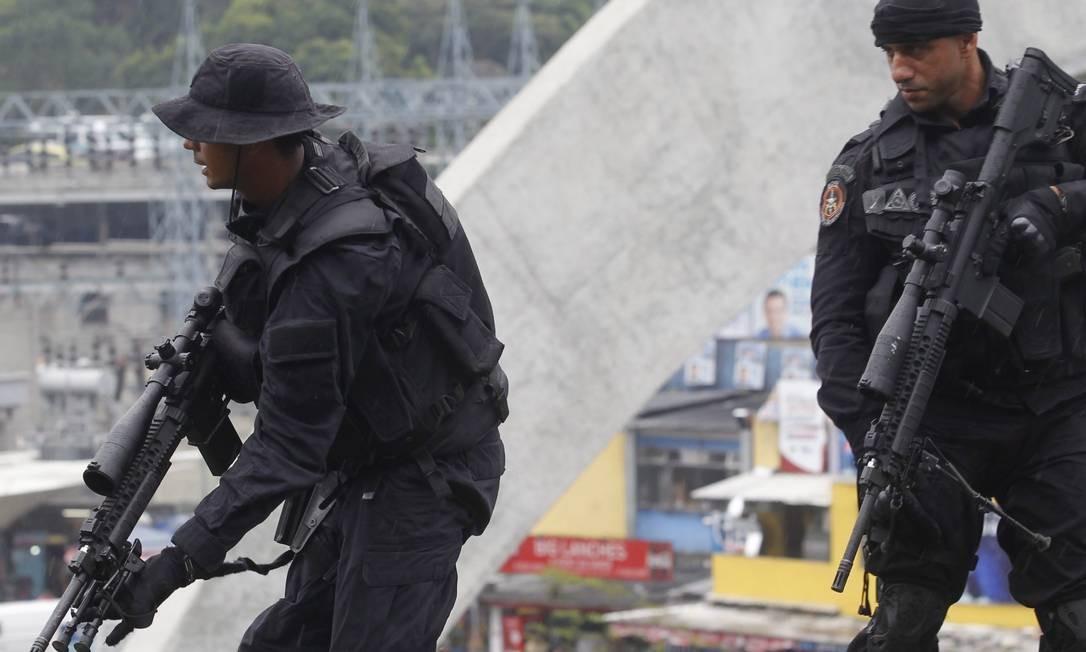 Policiais militares fazem segurança durante a inauguração da UPP Foto: Roberto Moreyra / Extra