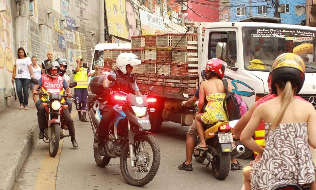 Em moto, policial patrulha rua da Rocinha Foto: Gabriel de Paiva / O Globo