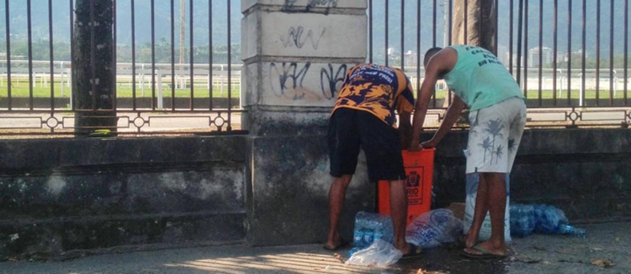 Garrafas d'águas resfriadas em lixeira são vendidas aos motoristas durante congestionamento Foto: Foto do leitor Hugo Garcia / Eu-Repórter