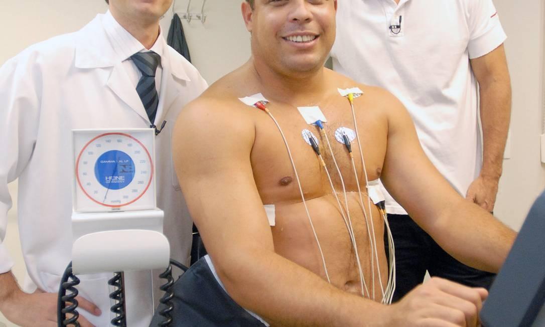 Ronaldo Nazário nos exames médicos ao lado do cardiologista Dr. Luiz Augusto Riani Costa e do preparador físico Marcio Atalla Foto: Divulgação/TV Globo
