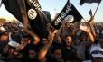 Milicianos se reúnem para iniciar manifestação, enquanto milhares de pessoas protestam contra grupos armados em Benghazi