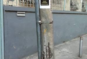 Após determinação da prefeitura, Oi ficou de retirar o poste ainda na sexta-feira Foto: Foto da leitora Fernanda Junger / Eu-Repórter