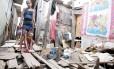"""Daniele e a filha moram em casa sem água, erguida sobre palafitas, em Recife: """"Tomamos banho de cuia"""""""