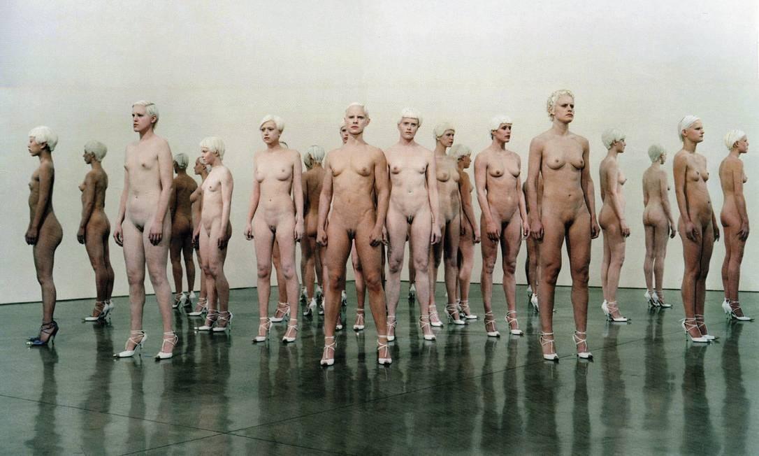 """""""VB 46"""". Performance da italiana Vanessa Beecroft, em 2001, na Gagosian, em Los Angeles Foto: Reprodução do livro """"art tomorrow"""""""