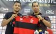 Wellington Bruno ao lado do diretor de futebol, Zinho, na apresentação no Ninho do Urubu