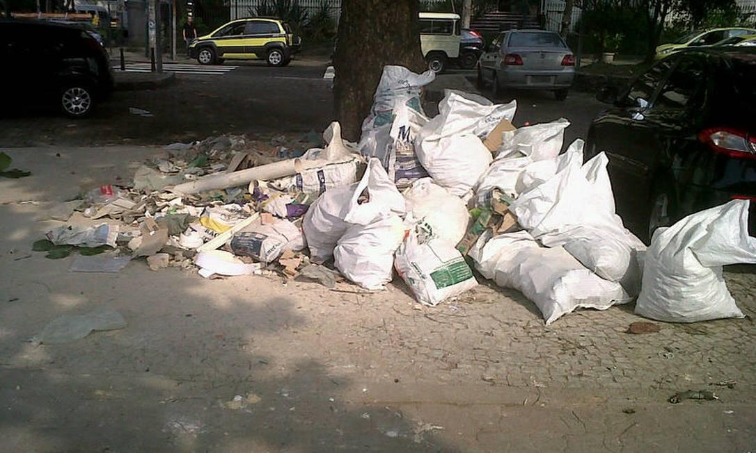 O problema não é novidade: em abril, o Eu-Repórter mostrou uma pilha de lixo abandonado na esquina da Avenida Ataulfo de Paiva com o Jardim de Alah Foto do leitor Osvaldo Sicardi/ Eu-Repórter