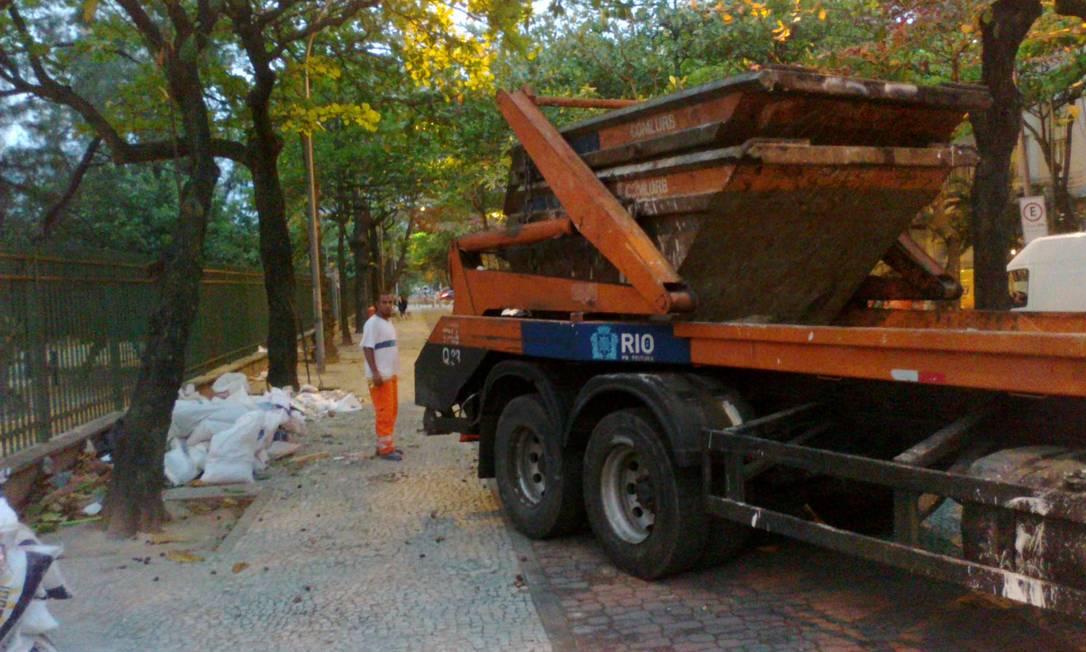 'A Comlurb tenta fazer sua parte, mas é difícil, já que o despejo de lixo é diário', diz Kolouboff Foto do leitor Ivan Kolouboff/ Eu-Repórter