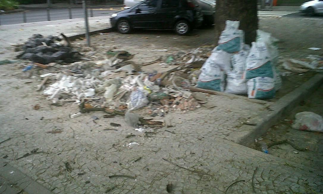Na esquina da avenida Borges de Medeiros com avenida General San Martin, o problema se repete Foto do leitor Osvaldo Sicardi/ Eu-Repórter