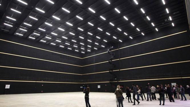 Visitantes em um dos estúdios da Cité du Cinéma: sonho realizado Foto: Charles Platiau/Reuters