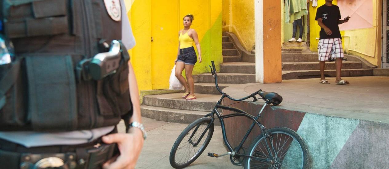 Paz. No Largo do Cantão, onde funcionava a principal boca de fumo do Morro Dona Marta, moradores circulam livremente e convivem com PMs que estão na comunidade desde 2008 Foto: Márcia Foletto