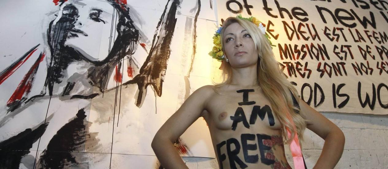 A ucraniana Inna Shevchenko, fundadora e líder das Femen, exalta sua liberdade na nova sede do grupo em Paris Foto: Reuters