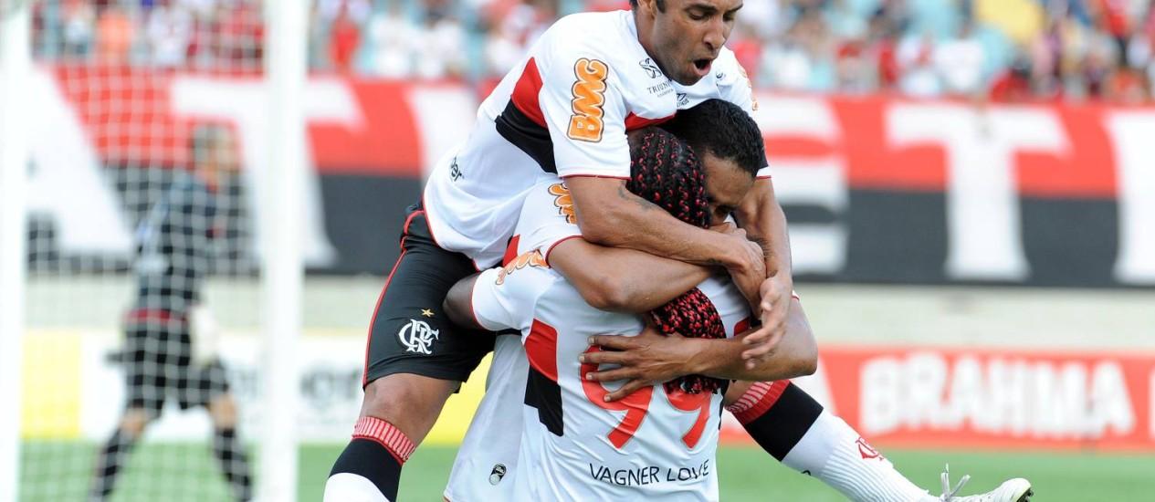Ibson e Vágner Love abraçam Cléber Santana, autor do primeiro gol rubro-negro Foto: Fla Imagem / Divulgação