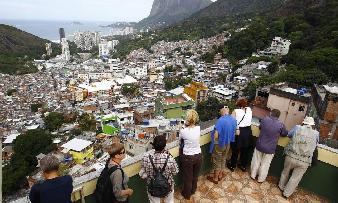 Os turistas também apareceram. Numa das lajes com vista panorâmica, um grupo de poloneses tiravam fotografias Foto: Pablo Jacob